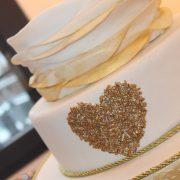 Hochzeitstorte mit goldenen Ornamenten