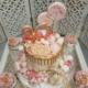 Torte mit Cup Cakes auf Spiegel